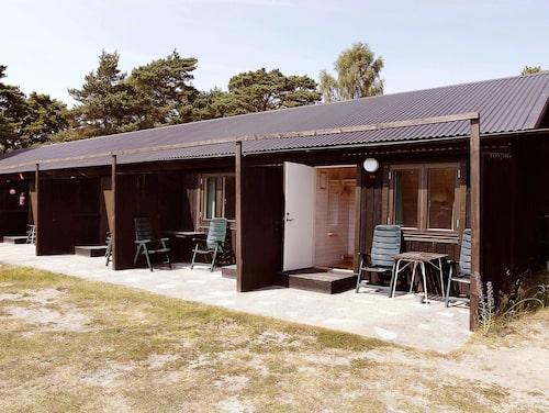 Omgivet av tallskog ligger det klassiska Pensionat Holmhällar på Gotlands sydkust.