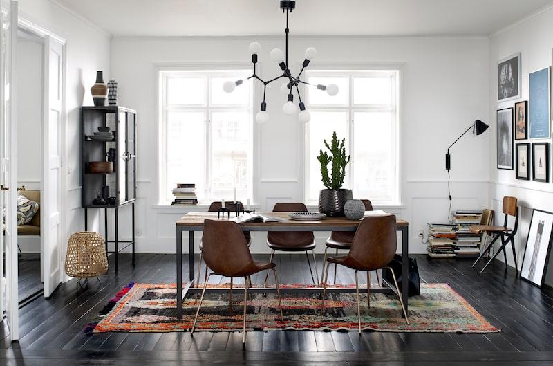 Snyggt matbord med stolar.