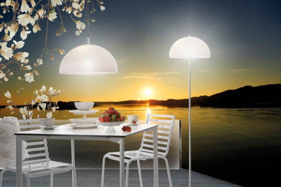 I ur & skur. Tak- och bordslampa av väderbeständig akryl. 1 600 kronor och 2 500 kronor, Markslöjd.