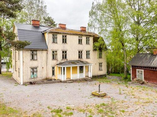 Huset med sex lägenheter låg ute för knappt 300 000 kronor.