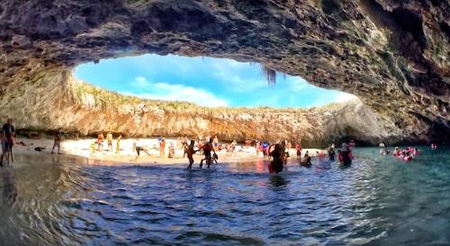 Unik miljön på den gömda stranden i Mexiko.