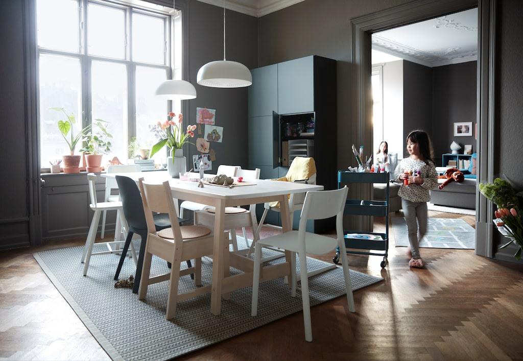"""Varje hem i katalogen baseras dessutom på insikter från den årliga Ikea-undersökningen """"Life at Home Report"""". Läs vad man kom fram till att folk bråkar mest om..."""