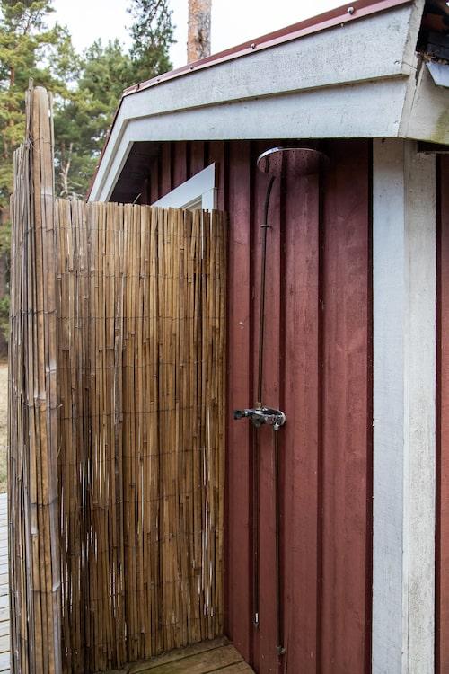 På baksidan av bastun finns dusch – både inne och ute.