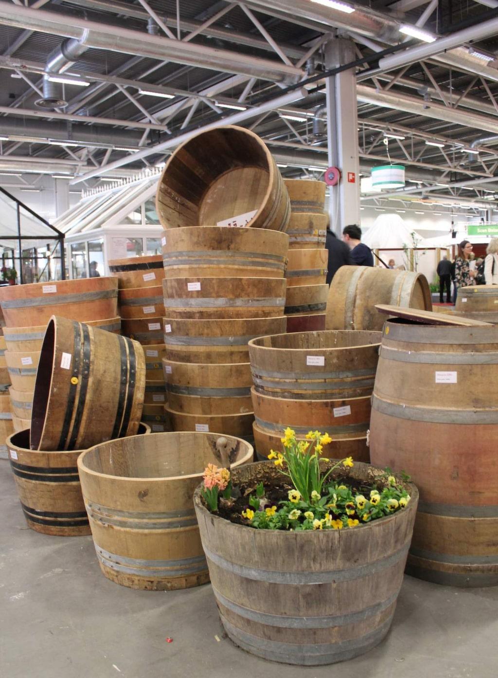 Naturligt snyggt till trädgården är att ha vackra trätunnor för odling och uppsamling av regnvatten. Dessa kommer från Thorslundkaggen.