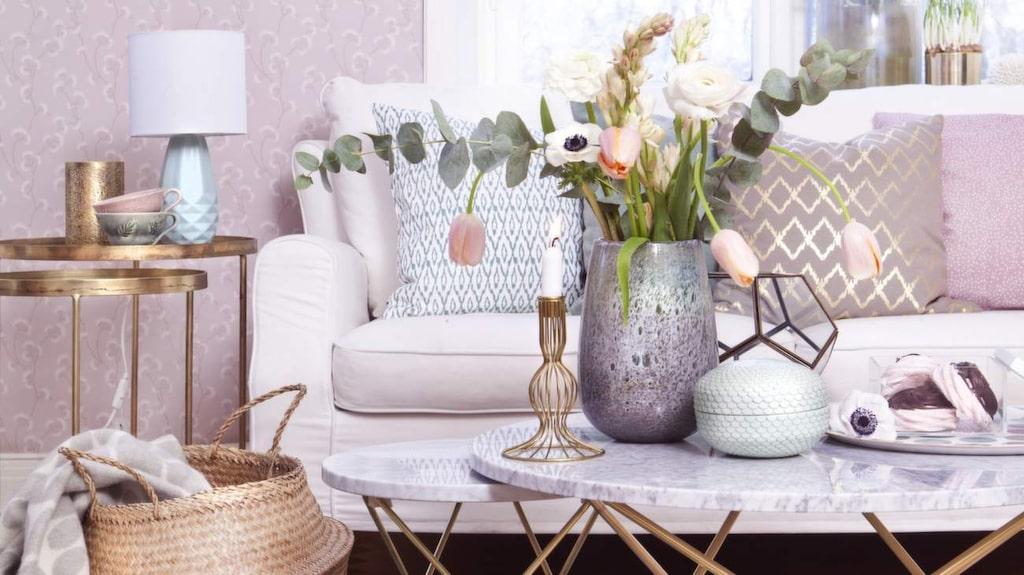 <p>Metaller och pasteller. Skapa en lyxigt ombonad känsla i vardagsrummet med detaljer i mässing och dova pastelltoner. Marmorbord från OX Denmarq.<br></p>