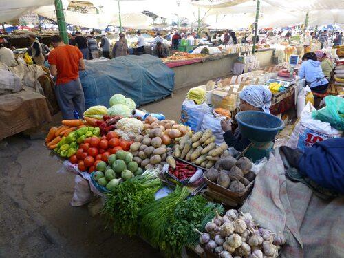 Korrupta poliser är vanliga på denna marknadsplats i Bisjkek i Kirgizistan, enligt Jonatan Borling.