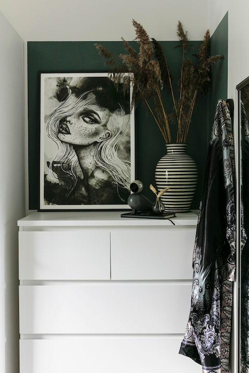 I stället för att måla hela väggen, eller en traditionell fondvägg, har Myriam markerat hörnet i sovrummet med mörk färg. Print, Sandra Nobre, vas, Moroccan Home, fågel, Kay Bojesen. Byrå, Ikea.