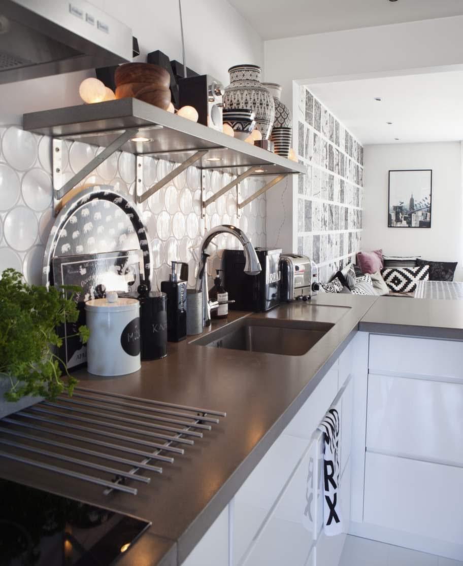 De snygga betongskivorna i köket kommer från Betongdesign. Brickor från Svenskt tenn och handgjord keramik från Rif design.