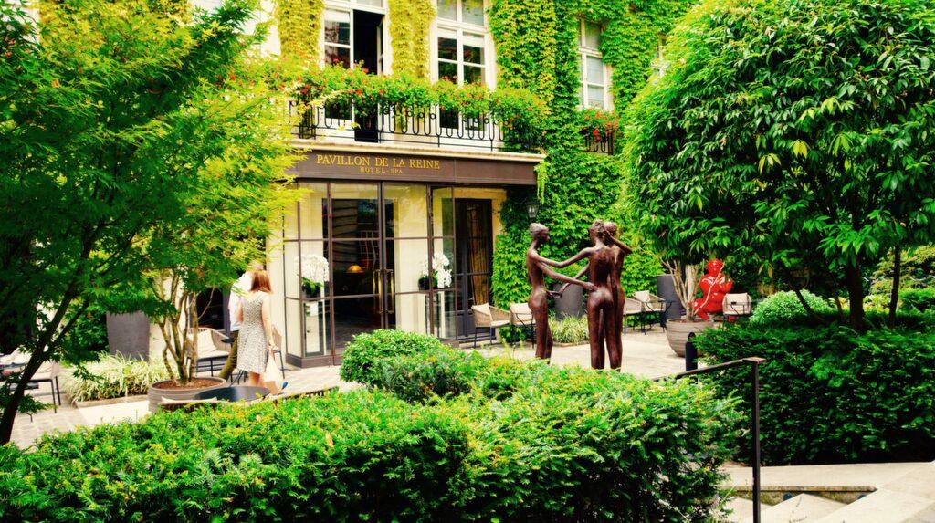 Le Pavillon de la Reine & Spa har gullig innergård i mysiga kvarter.