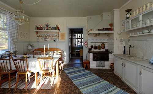Enligt mäklaren är även köket i original från när huset byggdes.