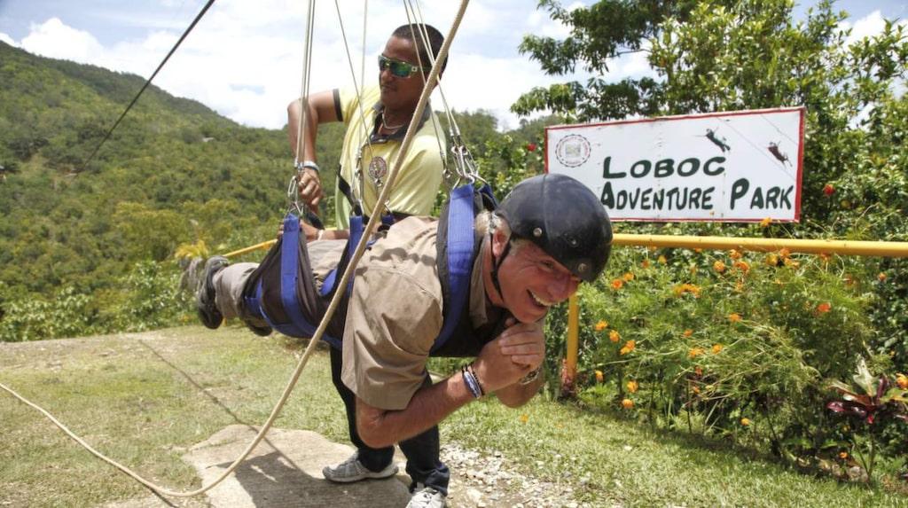 På Loboc Eco Adventure Park kan man ta sig över floden Loboc med en stålwire (zipline), fastspänd i en sele.