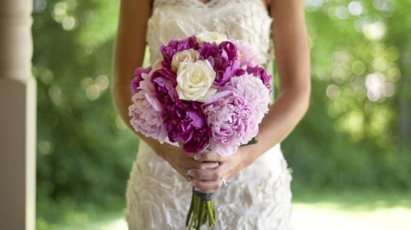 Pioner i brudbuketten symboliserar välstånd och ett lyckligt äktenskap.