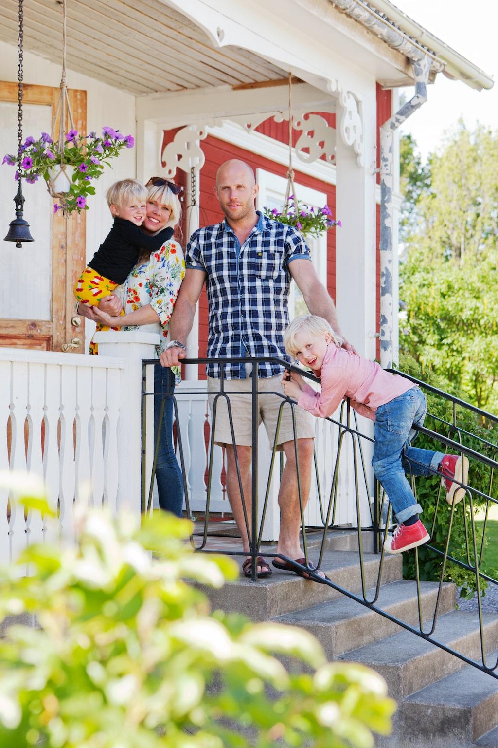 Hela familjen samlad: pappa Johan, mamma Sofie och barnen Noah och Mio.