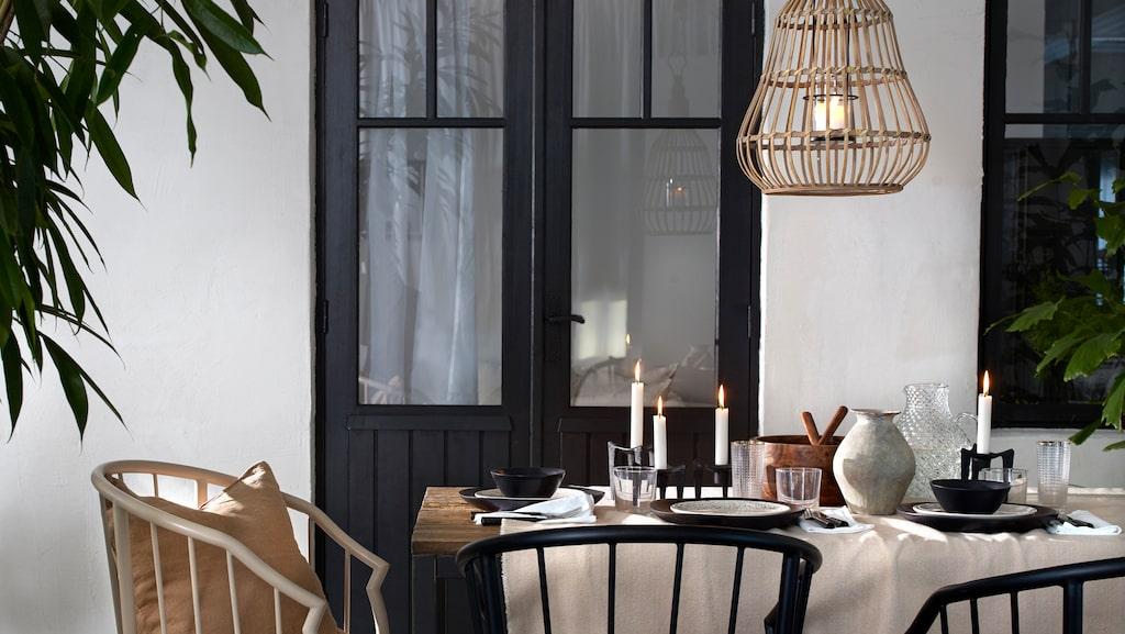 Tänk vad härlig att snart kunna duka utomhus! Stolarna är av pulverlackad metall och kostar 1 799 kronor styck. Den hängande ljuslyktan av bambu och metall kostar 499 kronor.