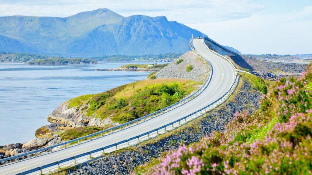 <p>Åtta böljande broar knyter ihop öarna mellan Molde och Kristiansund längs Atlantvägen i Norge<br></p>