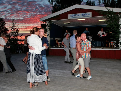 Många vill ta sig en svängom under midsommardansen på Hjortnäs brygga.