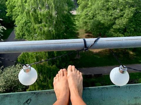 Från sin balkong har Alexandra en grönskande utsikt trots att hon bor mitt i Stockholm.