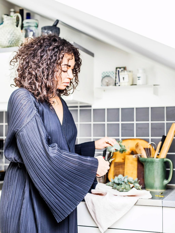 Det mörka kaklet i Annas kök bryter av och skapar dramatik i det i övrigt vita köket.