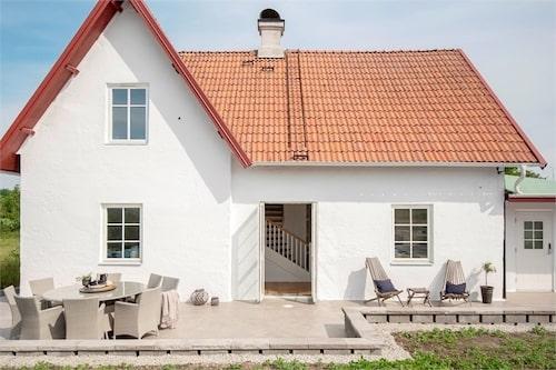 Huset på hela 135 kvadratmeter ligger på norra Gotland och har fem rum och kök.