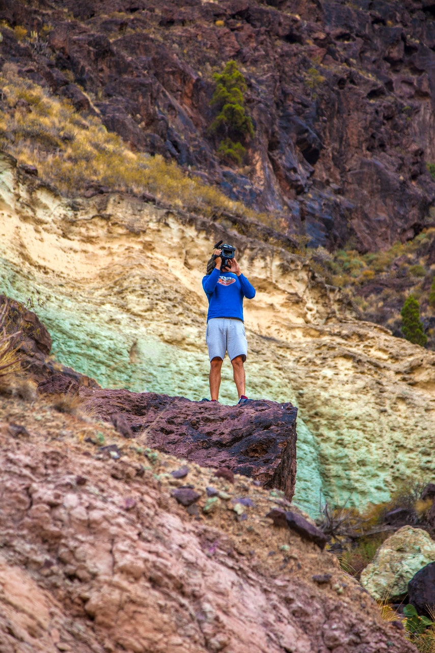 Vid Los Azulejos de Veneguera skimrar hela bergssidan i en palett av starka färger.