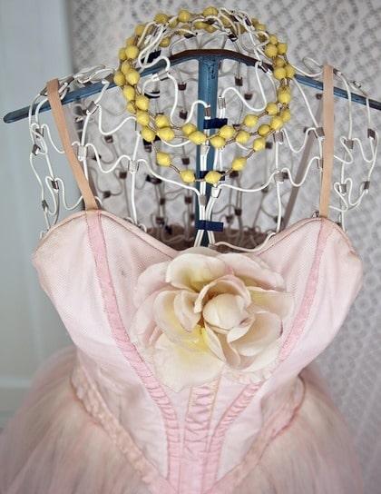 passform. Stillina från 50-talet. Provdockan kan man ta på sig och forma den efter sina mått för en perfekt passform på sommar klänningen som man ska sy! Halsband från Afroart, 195 kronor.