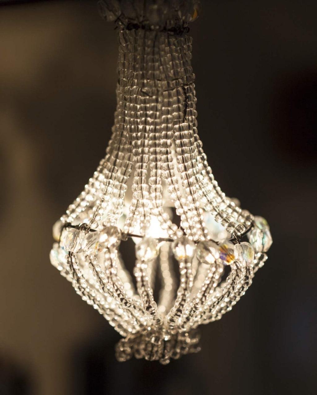 Den vackra kristallkronan har Lotta skapat av ståltråd och glaspärlor.