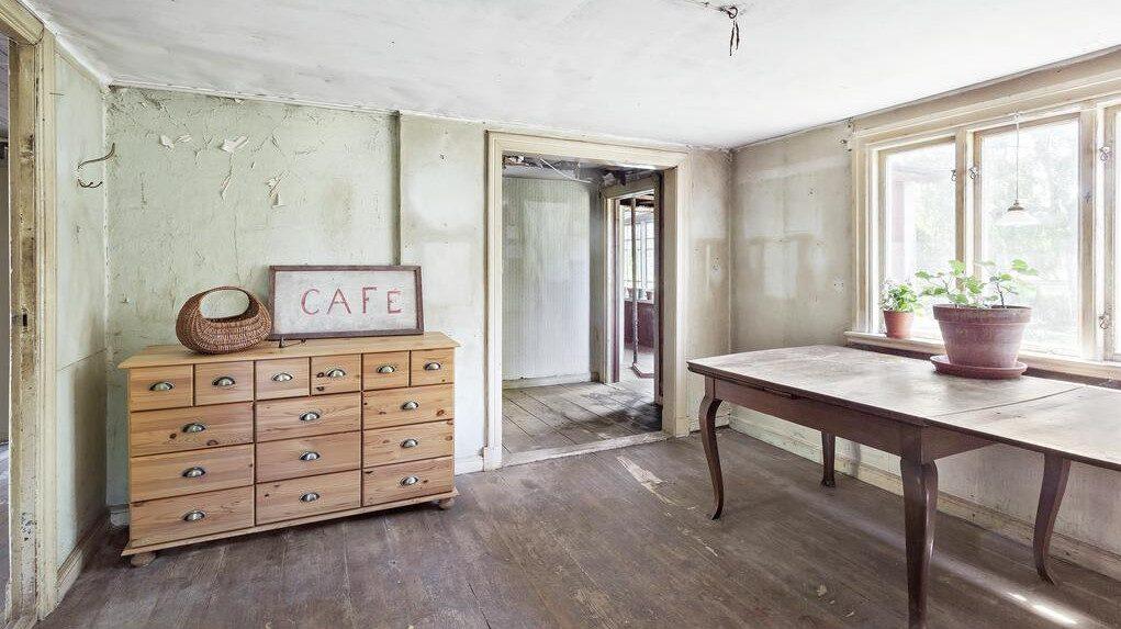 Lite möbler finns kvar i det förfallna huset på sex rum och kök.