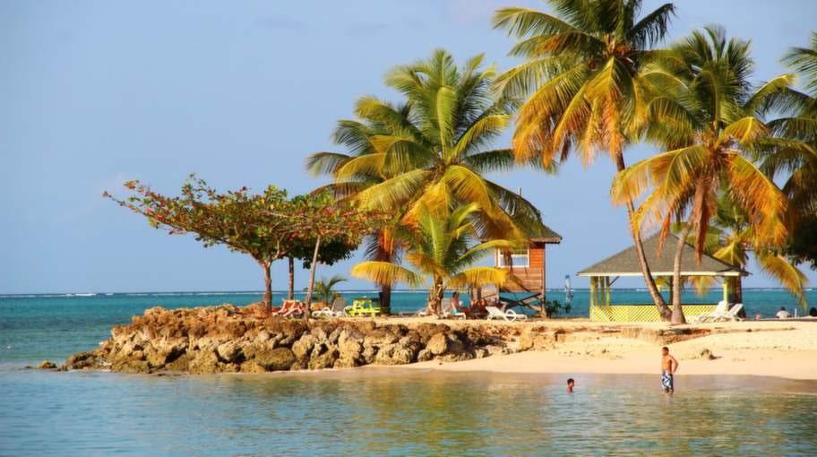 Pigeon Point. Här finns den vitaste korallsanden på Tobago.