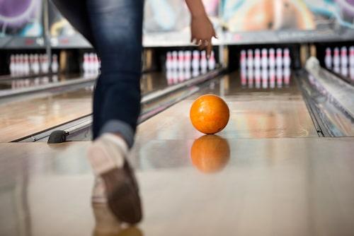 Att spela bowling är en perfekt aktivitet när det regnar.
