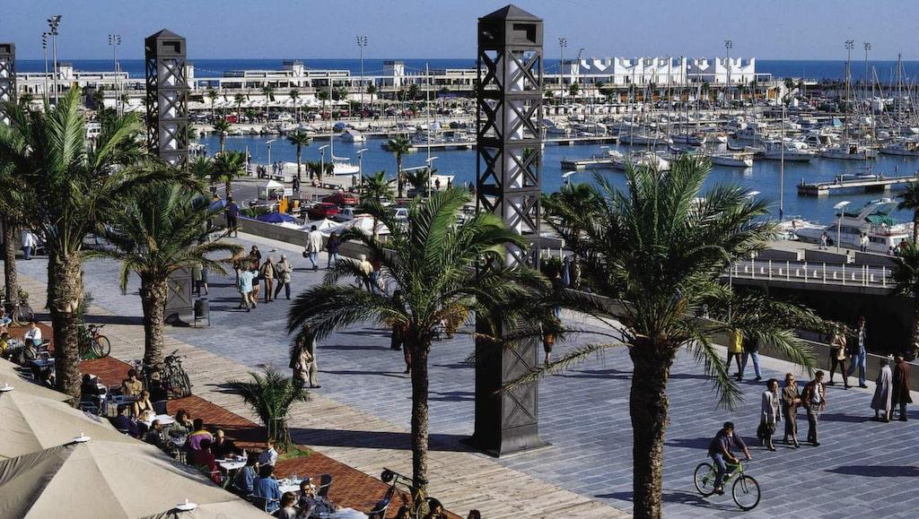 Strand och shopping. På  strandpromenaden tränas löpning, styrketräning och rullskridskor.