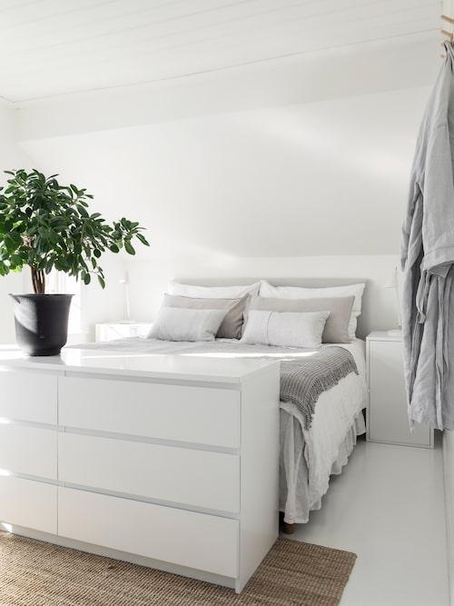 Parets sovrum ligger uppe på andra våning och är vilsamt inrett. Filt, från Styled By Me i Skövde.