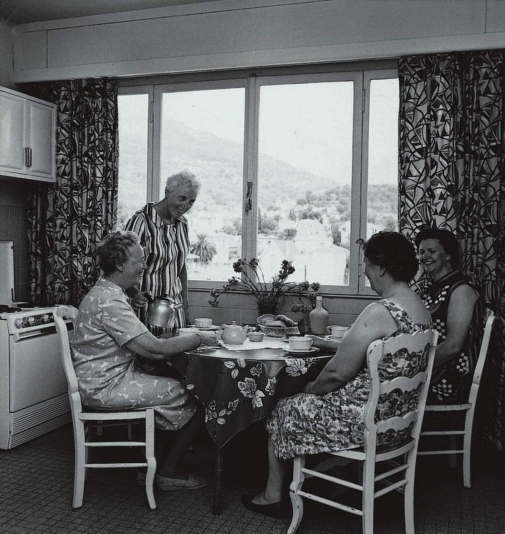 Nästan som hemma. Fika (med svenskt kaffe förstås!) vid köksbordet i fritidsvåningen.