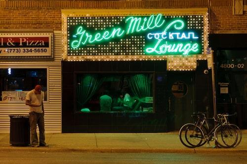Green Mill Cocktail Lounge är en välkänd jazzklubb med en färgstark historia.