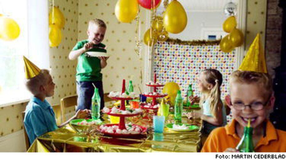 Ett fint dukat bord med guldtema.