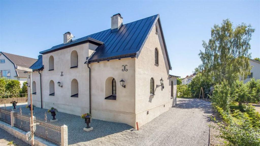 Det har vackra dekorationer på putsfasaden och valvformade fönster. Villan är byggd 1933 och är 126 kvadratmeter stor.