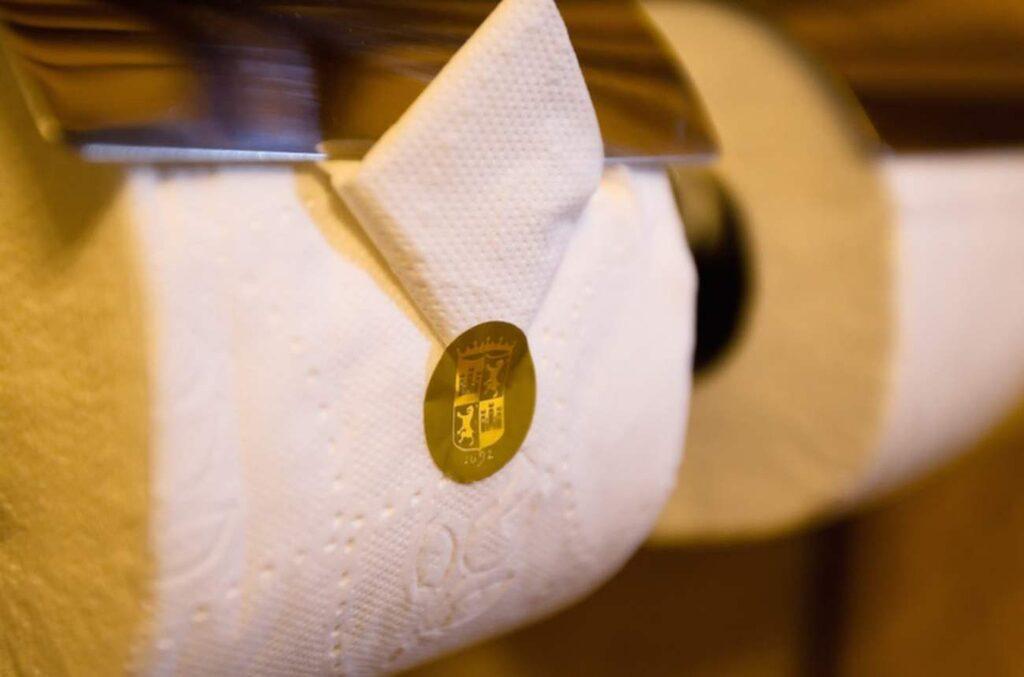 Det som argumenterar för att papperet ska dras ovanpå rullen menar att hotell inte kan göra den här snygga vikningen annars.