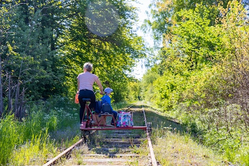 Dressin-tur från Sankt Olof till Gyllebosjön och tillbaka med grillning och dopp vid sjön.