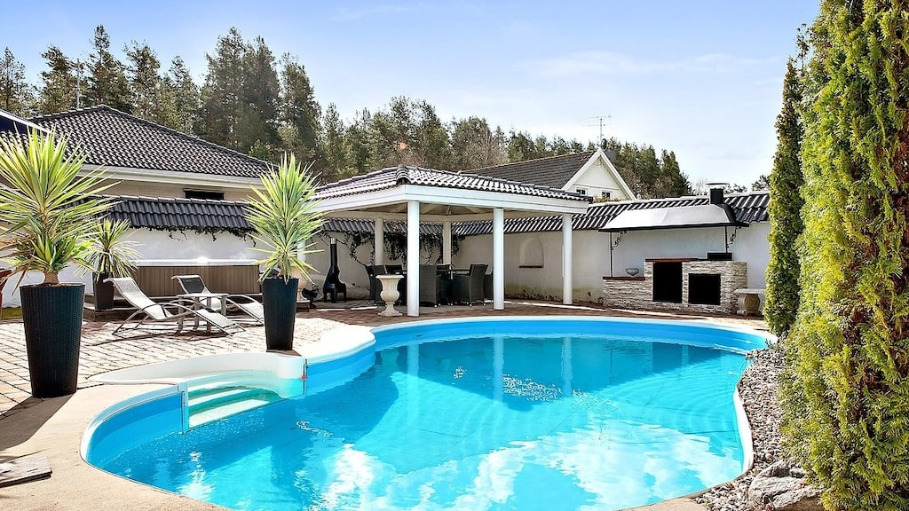 Stor och härlig swimmingpool att bada i och hänga runt på sommaren.