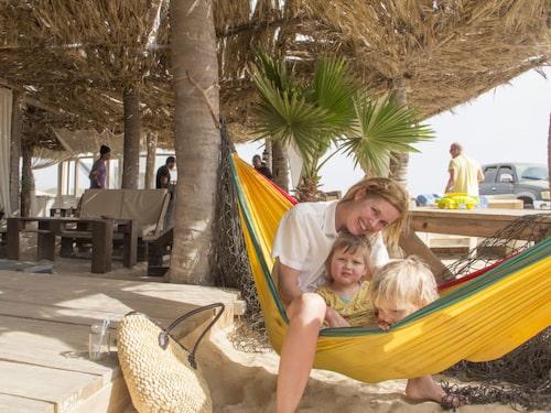 Karin Backman med barnen Ilse och Nils från Stockholm på Praia Estoril, Boavista.