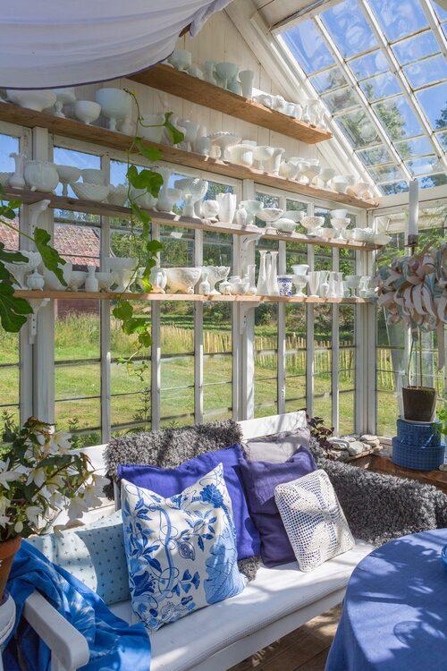 Johan och Malin har hängt upp textilier för att skydda växterna mot alltför stark sol.