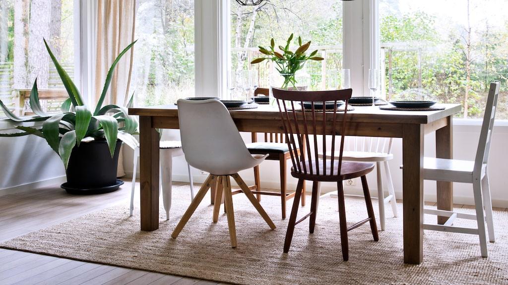 Personlig touch. Olika stolar vid matbordet ger extra liv till inredningen. Bordet från Ikea är slipat och mörkbetsat.
