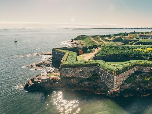 I Helsingfors kan man bland annat besöka fortet Sveaborg.