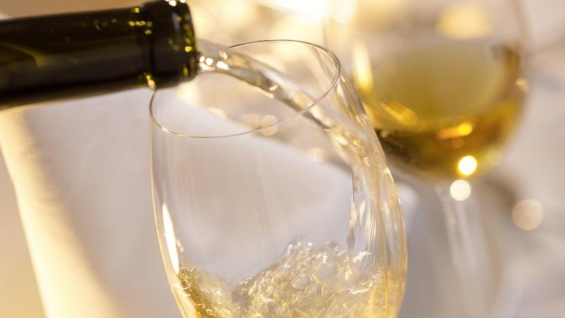 Vitt vin innehåller generellt mer socker än rött och rosé enligt Matilda Dannetun, pressekreterare på Systembolaget.
