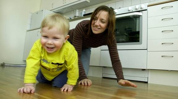 Eleni Lindkvist, 29, kryper på golvet tillsammans med sonen Pascal, 15 månader, för att upptäcka faror som kan dyka upp i hans väg.