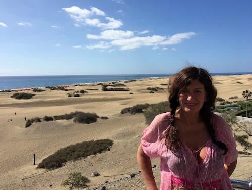 Mari Jungstedt på favoritstranden Playa del Inglés.