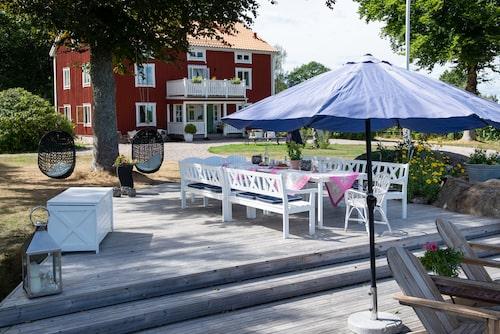 På den stora uteplatsen, som har utsikt över sjön, står rejäla trädgårdsmöbler. Här får hela stora familjen plats. Möbler, Hillerstorp.