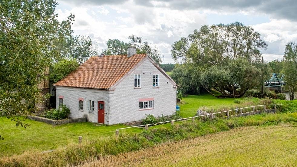 I Kristianstad ligger det här huset på 135 kvadratmeter. Till huset hör också en gammal fabrik.