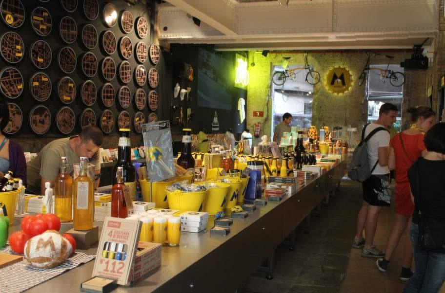 Bryggeriet Cerveza Moritz har en stor, rolig prylavdelning.