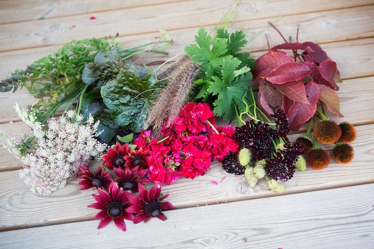 Sortera alla blommor i högar för att lättare få en översikt över blommorna du ska använda. Tänk på att blanda olika former i buketten och använd inte bara en blomma av varje.