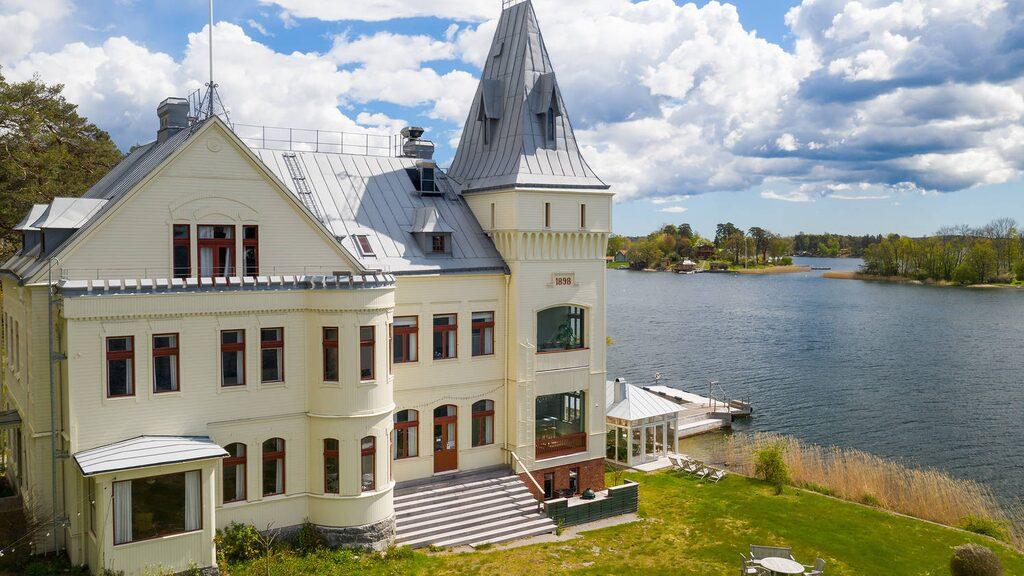 Villa Björkudden heter en riktig paradvilla som nu är till salu på Hemnet för 30 miljoner kronor.
